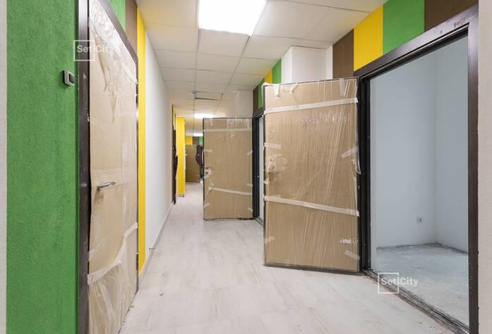 Близки к завершению работы по чистовой отделке лестничных клеток, готовность 90%.