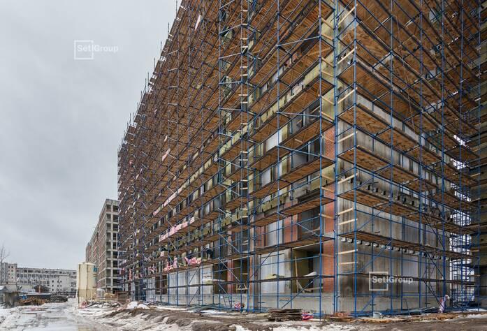 Ведутся работы по установке электрической фурнитуры в квартирах, готовность 70%.