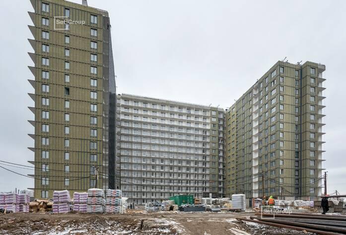 Выполняются работы по укладке плитки в с/у квартир на уровне 13-15 этажей.
