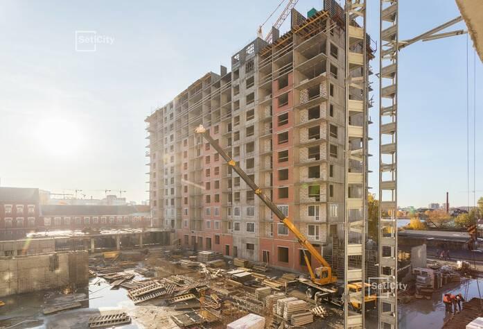 Продолжаются работы по устройству монолитного каркаса зданий на уровне 13-14 этажей.