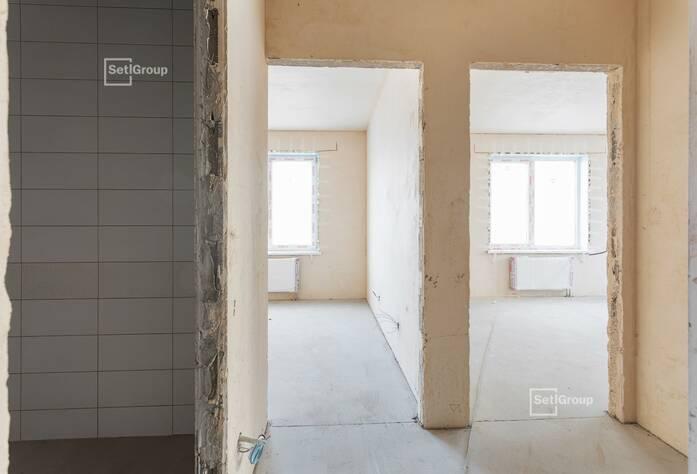 Ведутся работы по устройству плитки в с/у квартир, готовность 55%.