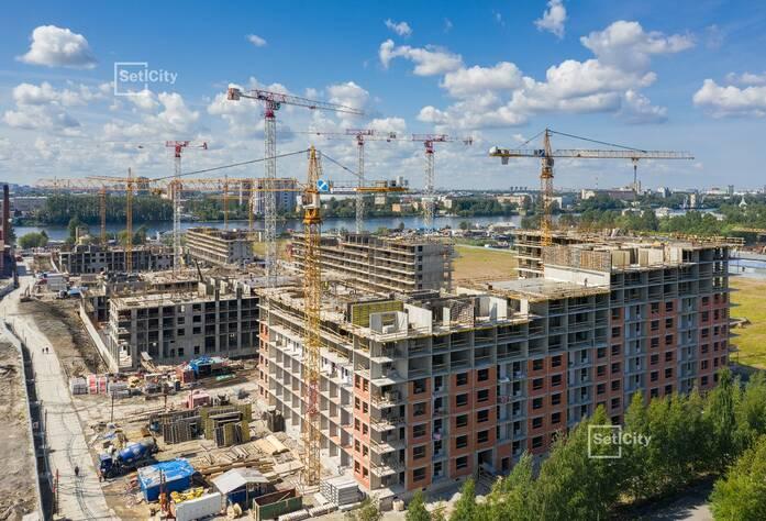 Производятся работы по устройству монолитного каркаса здания на уровне 8-11 этажей.