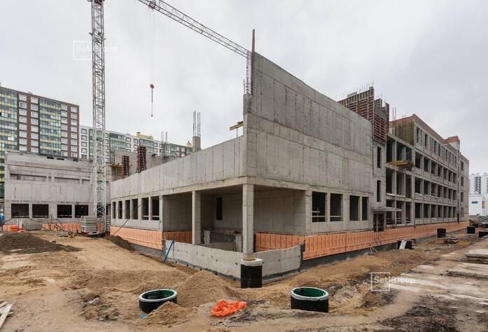 Выполняются работы по устройству монолитных конструкций надземной части здания 3 и 4 блоков на уровне кровли.