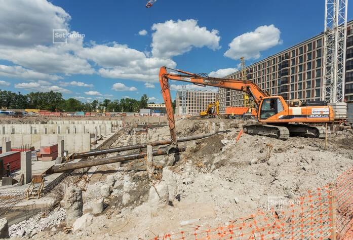 Продолжаются работы по разработке котлована и монтажу распорной системы жилой части здания, готовность 20%.