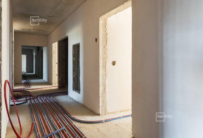 Производятся работы по устройству монолитного каркаса здания на уровне 12-15 этажей.