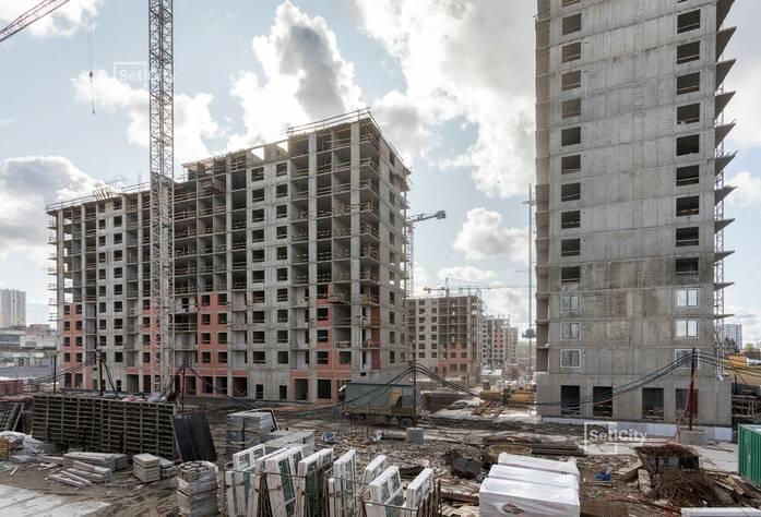 Продолжаются работы по устройству монолитного каркаса зданий на уровне 9-13 этажей.