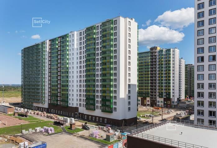 Ведутся работы по устройству фасадов с переходных балконов 1-5 секций, готовность 60%.