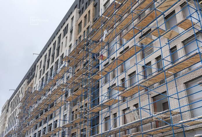 Ведутся работы по установке электрической фурнитуры в квартирах, готовность 65%.