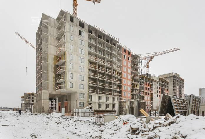 Выполняется устройство монолитного каркаса здания: