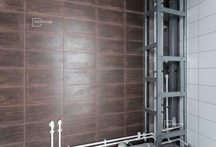 Производятся работы по укладке плитки в МОП, выполнено 75%.