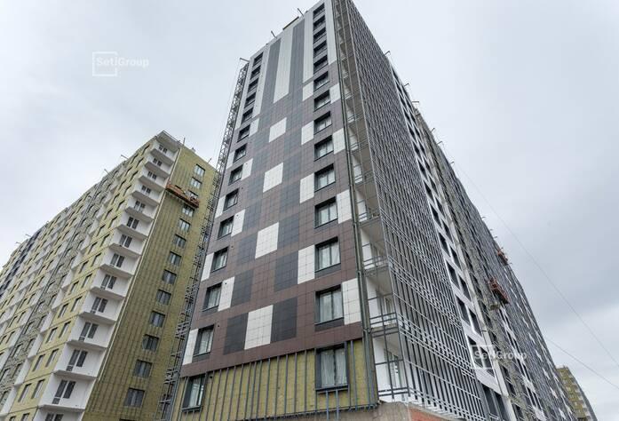 Ведутся работы по монтажу стояков электрических сетей в МОП и линейный монтаж электрической сети квартир на уровне 9-11 этажей.