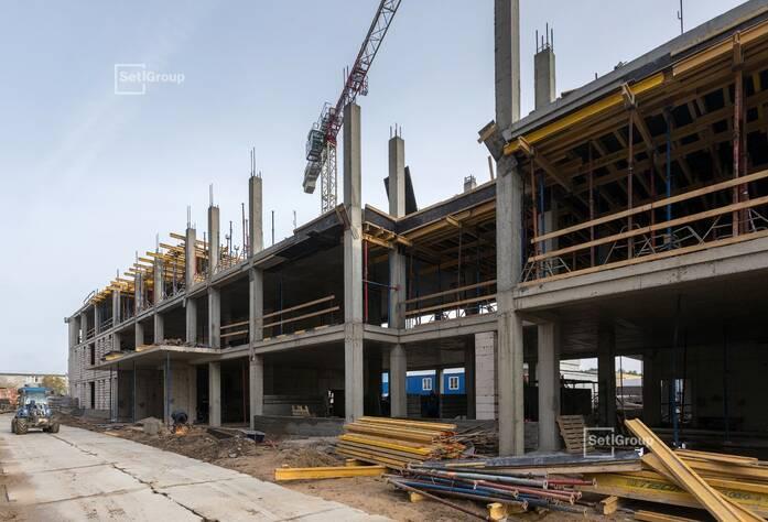 Ведутся работы по армированию и бетонированию стен и плит перекрытий 3 этажа.