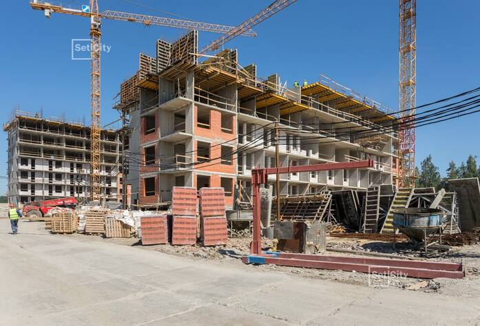 Производятся работы по устройству монолитного каркаса здания на уровне 6-8 этажей.