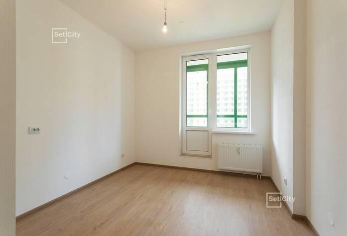 Завершены работы по оклейке стен квартир обоями.