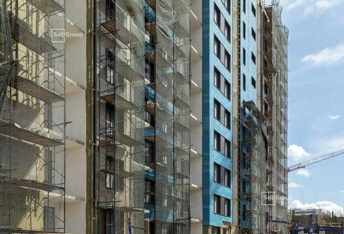 Осуществляются работы по устройству керамогранита вентилируемого фасада, готовность 70%.
