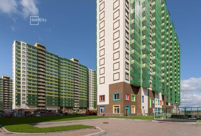 Ведутся работы по устройству фасада с переходных балконов 1-5 секций, готовность 70%.