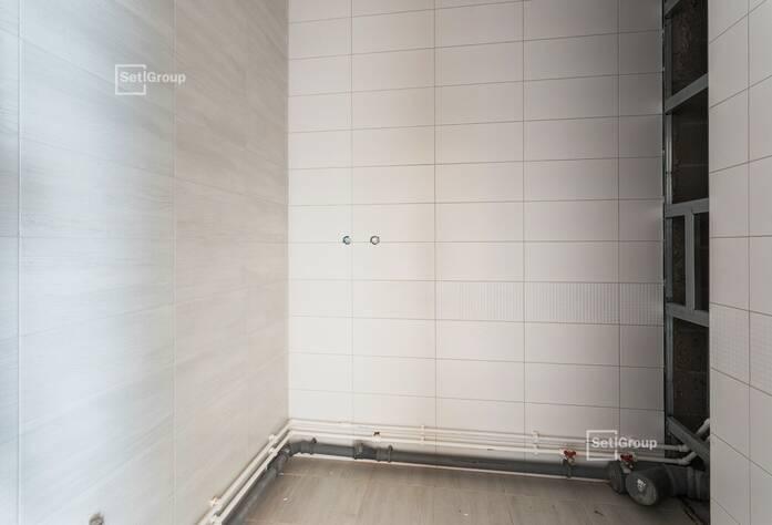 Осуществляются работы по устройству инженерных систем водоснабжения, отопления, канализации, вентиляции в подвале и в помещениях паркинга.