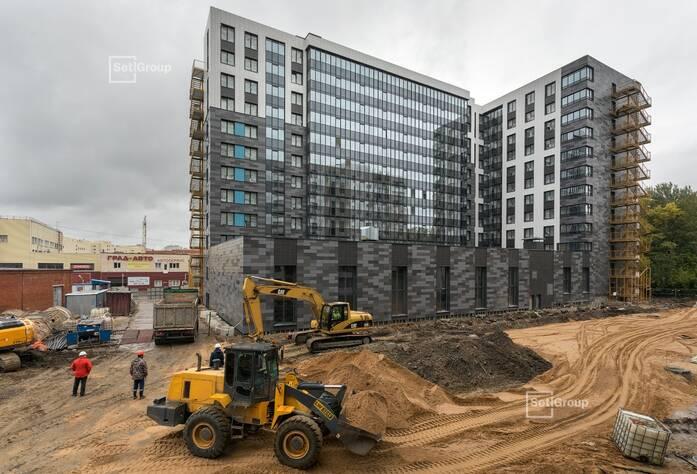 Осуществляются работы по предчистовой отделке апартаментов и МОП, выполнено 60%.