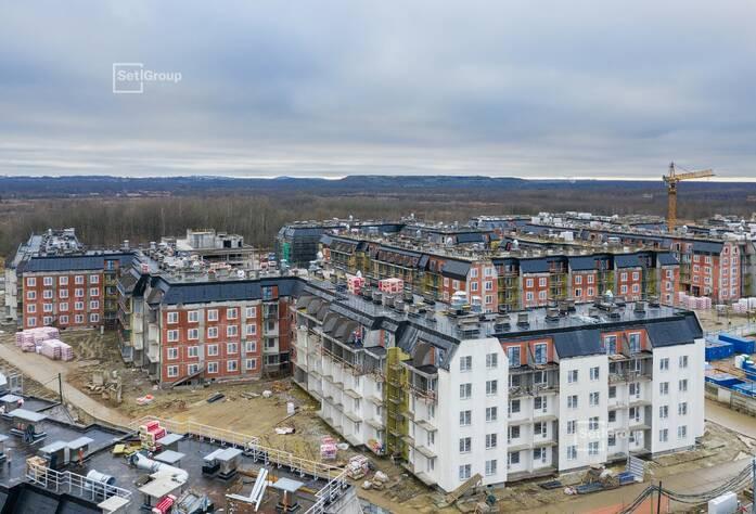 Выполняется монтаж линий электросетей в квартирах и МОП на уровне 4 этажа.