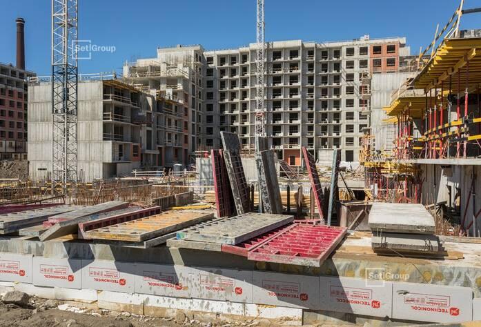 Продолжаются работы по армированию и бетонированию стен подвала 1 и 2 секций, готовность 80%.