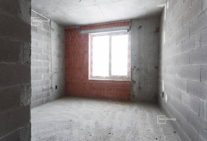 Осуществляются работы по монтажу инженерных коммуникаций в подвале, выполнено 80%.