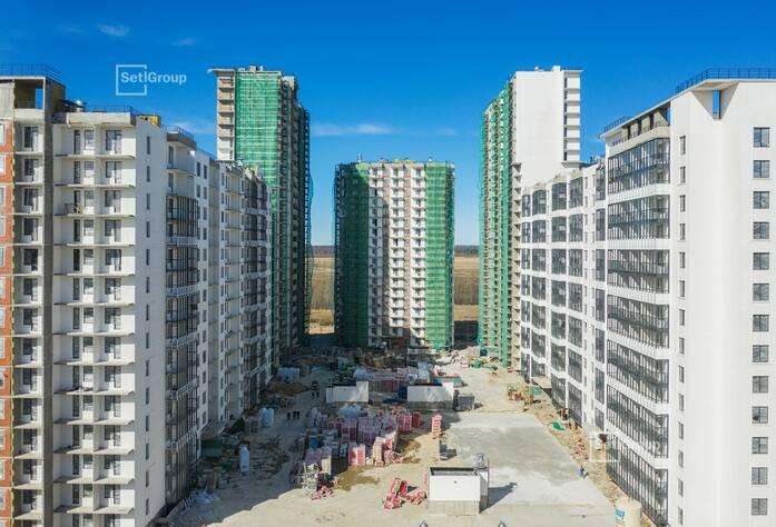 Завершается комплекс работ по устройству фасадов со строительных лесов.