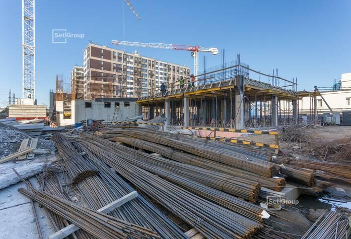 Ведутся работы по армированию и бетонированию стен и плит перекрытий 2 и 3 этажей.