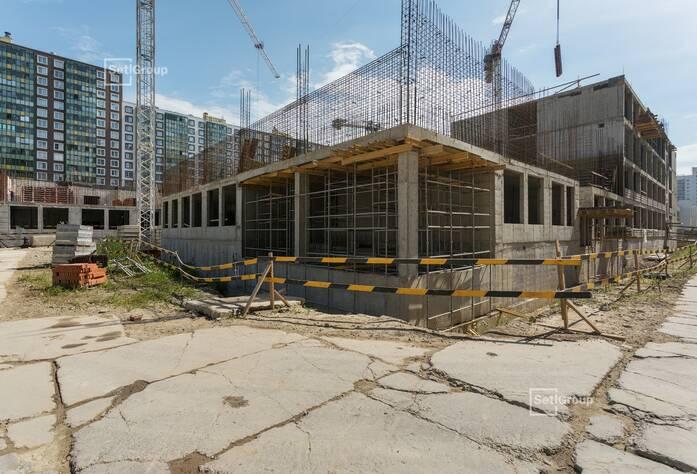 Выполняются работы по устройству монолитных конструкций надземной части здания: