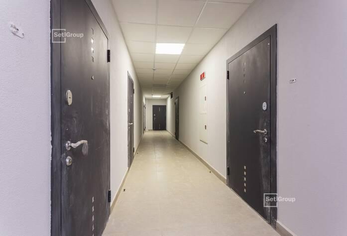 Производятся работы по монтажу витражных конструкций с последующим остеклением и монтажом СМЛ-панелей на уровне 13-15 этажей.