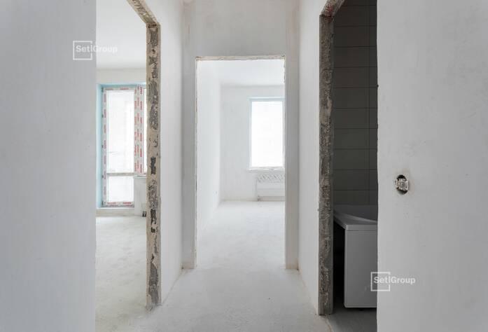 Продолжаются работы по укладке плитки в с/у квартир на уровне 10-12 этажей.