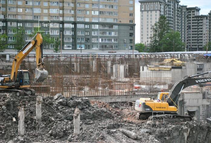 Ведутся работы по демонтажу буронабивных свай основного поля, выполнено 83%.