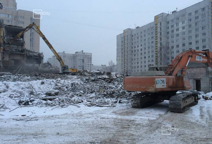 Демонтировано 80% строительных конструкций зданий.