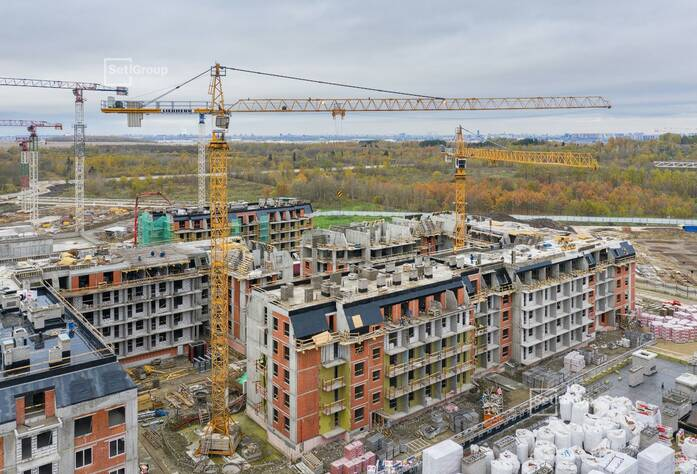 Ведутся работы по устройству монолитного каркаса здания на уровне 5 этажа.