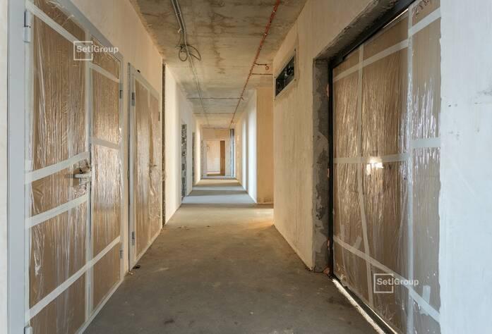 Осуществляются работы по линейному монтажу электрических сетей в квартирах и МОП на уровне 10-12 этажей.