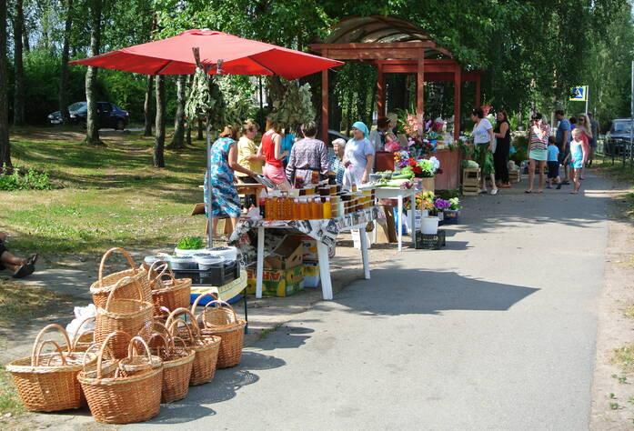 Рынок в центре поселка Поляны