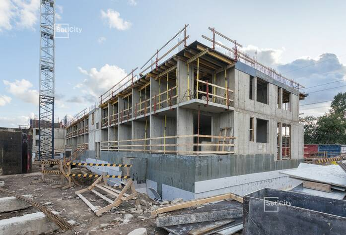 Ведутся работы по возведению стен 4-го этажа секции 2.
