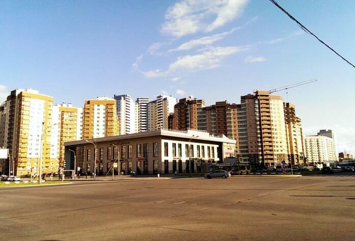 «Дом на улице Туристской, 15» (вид с перекрёстка Туристской улицы и улицы Оптиков)