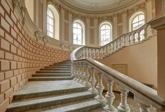 ЖК «Особняк Кушелева-Безбородко»: лестница в парадной (01.10.2015)