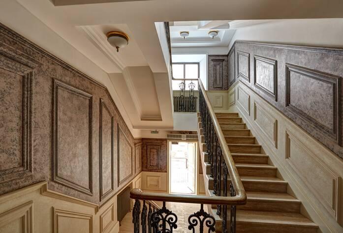 ЖК «Особняк Кушелева-Безбородко»: лестница в парадной (04.10.2015)
