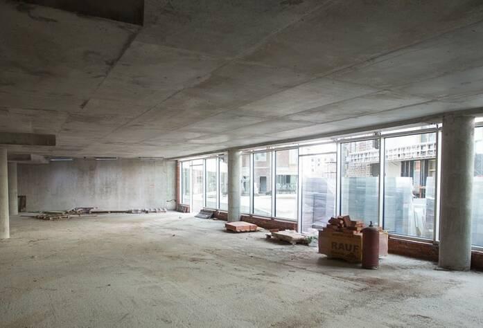 Внешняя отделка и остекление фасадов коммерческих помещений во внутреннем дворе комплекса (вид изнутри)