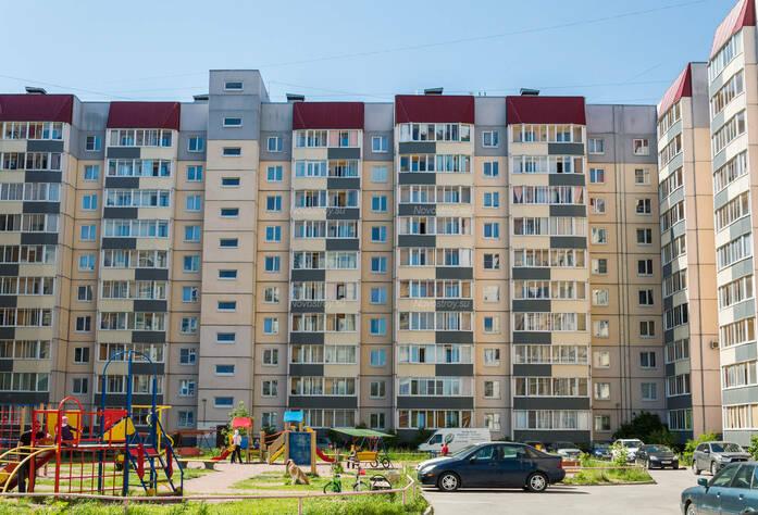 ЖК «в поселке Тельмана (микрорайон № 1)»: общий вид корпуса 13 и детская площадка