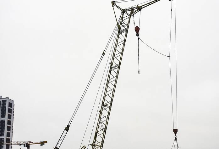 ЖК «Bau Haus»: Крановая установка транспортирует сваи к корпусам