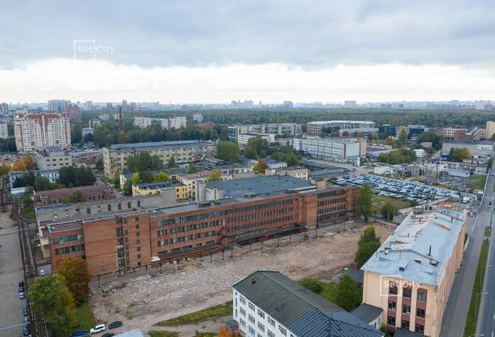 Выполняются подготовительные работы для начала работ по демонтажу существующих зданий и сооружений.