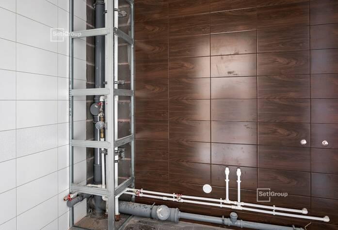 Осуществляются работы по укладке плитки в с/у квартир на уровне 9-11 этажей.