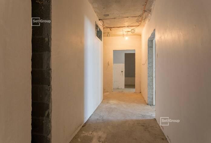 Выполнен линейный монтаж систем электроснабжения, слаботочных сетей в квартирах и МОП.