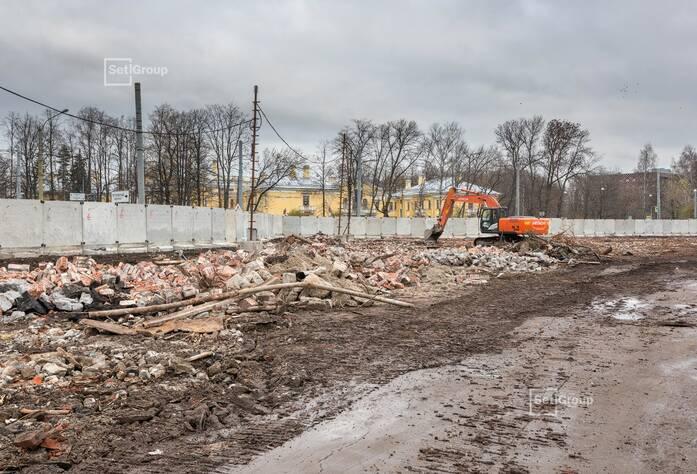Выполнены работы по устройству ограждения строительной площадки.