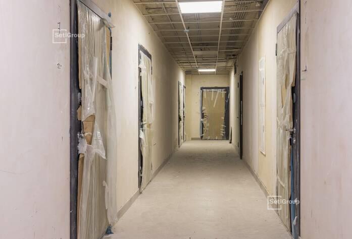 Выполняются работы по укладке плитки в с/у квартир на уровне 14 и 15 этажей.