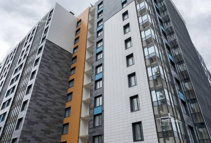 Завершаются работы по устройству керамогранита вентилируемого фасада, готовность 95%.