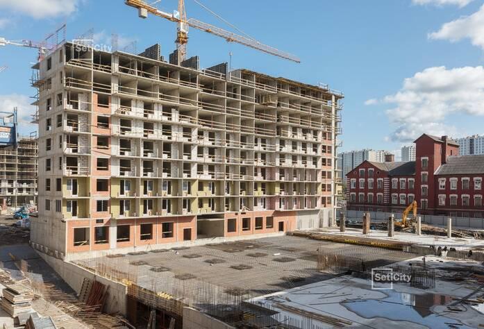 Продолжаются работы по устройству монолитного каркаса зданий на уровне 11-14 этажей.