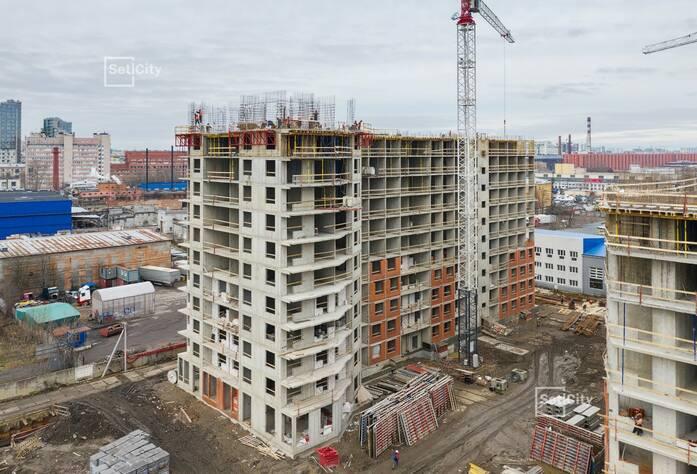 Ведутся работы по возведению стен и плит перекрытия 12 этажа.